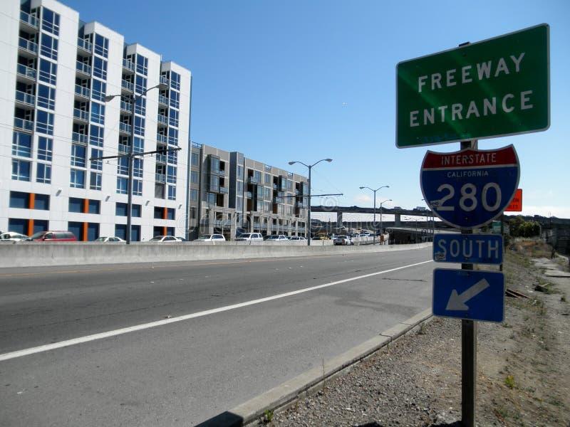 Entrata 280 da uno stato all'altro California del sud dell'autostrada senza pedaggio nella baia di missione immagini stock libere da diritti