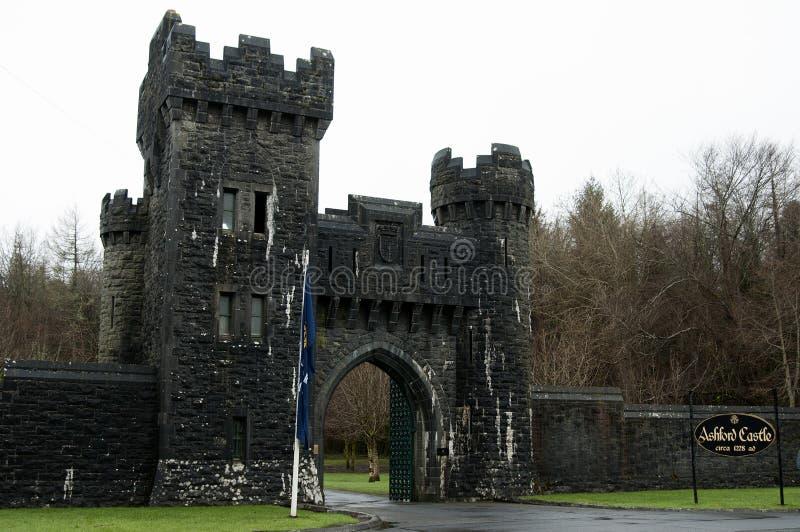 Entrata del castello di Ashford, Co. Mayo - Irlanda immagini stock libere da diritti