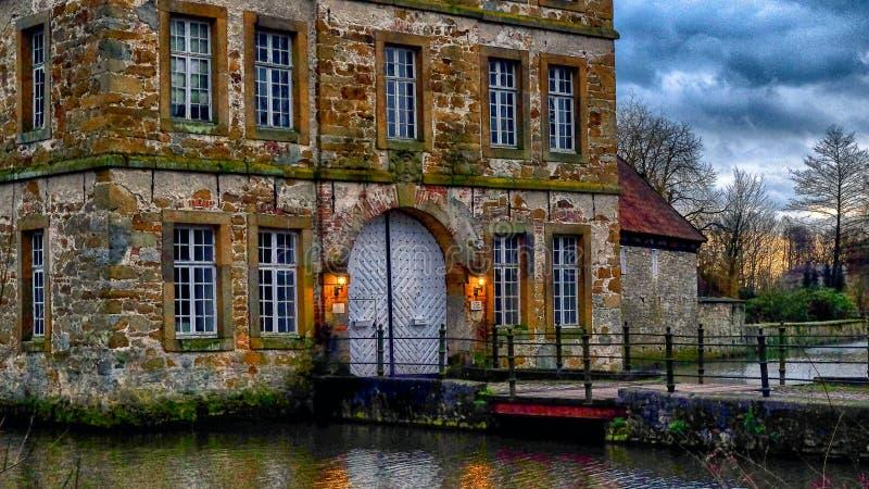 Entrata del ` di Schloss Tatenhausen del ` del castello dell'acqua in Kreis Guetersloh, Renania settentrionale-Vestfalia, Germani immagini stock libere da diritti