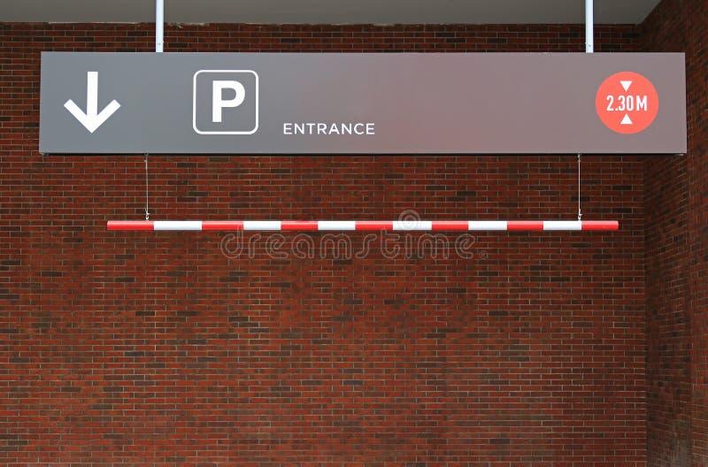 Entrata del parcheggio ad un parcheggio con la freccia dei segni ed il limite 2 di altezza 30 m. immagine stock