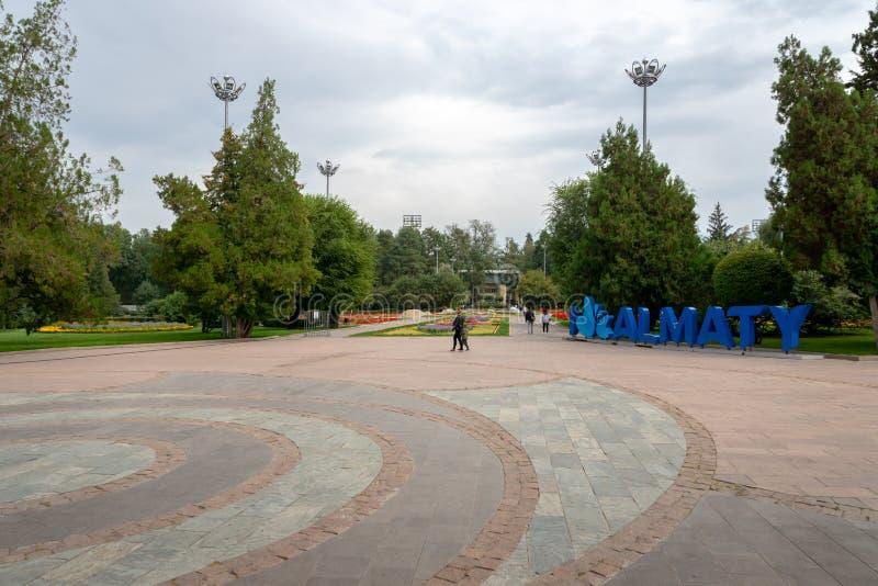 Entrata del parco della città centrale, Almaty, il Kazakistan immagini stock libere da diritti