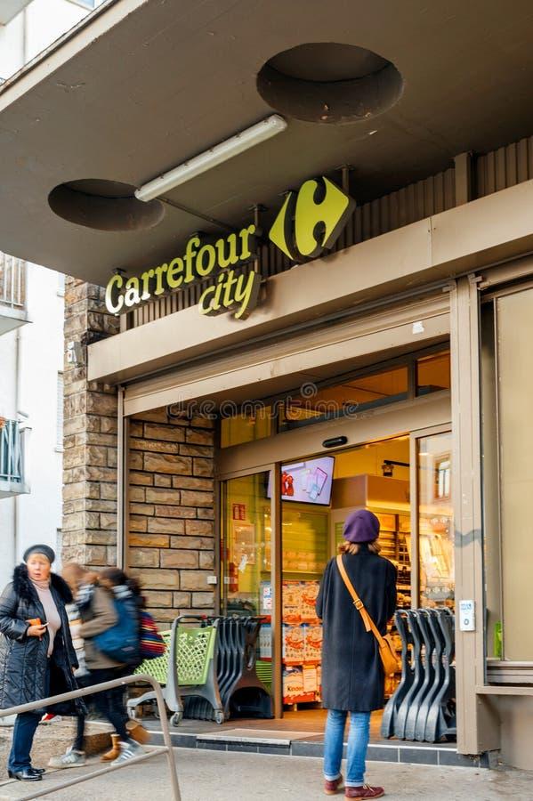 Entrata del supermercato del Carrefour con la gente di acquisto fotografia stock libera da diritti