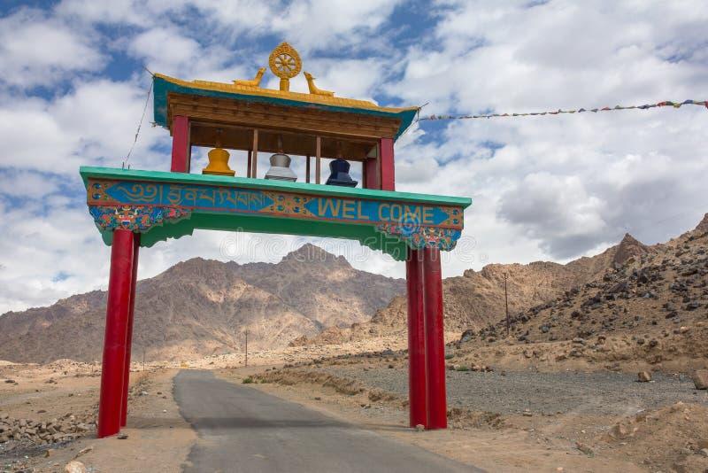 Entrata dell'arco al monastero buddista nella regione di Ladakh immagini stock
