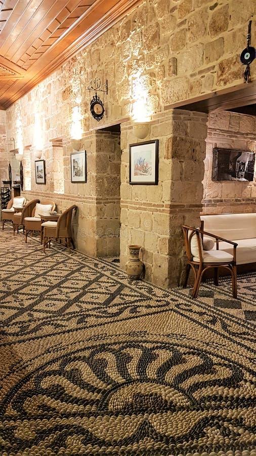 Entrata dell'hotel con il pavimento del ciottolo in vecchia città Caleichi, Adalia, Turchia fotografie stock libere da diritti