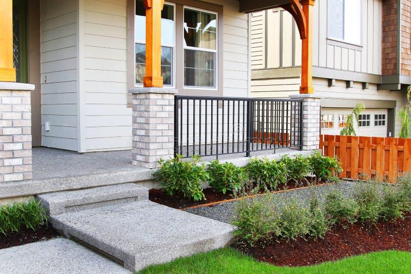 Entrata della casa di famiglia con erba perfetta che abbellisce con l'erba artificiale fotografia stock