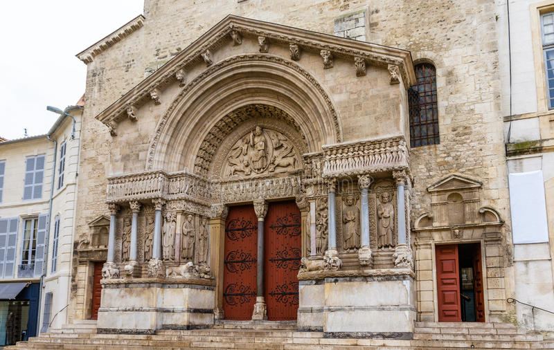 Entrata della chiesa della st Trophime in Arles fotografia stock libera da diritti