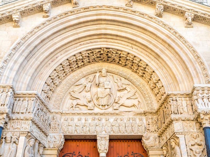 Entrata della chiesa di StTrophime in Arles, Francia immagine stock