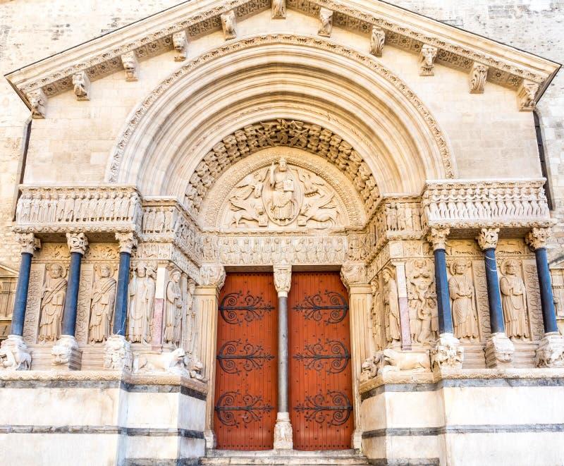 Entrata della chiesa di StTrophime in Arles, Francia fotografia stock