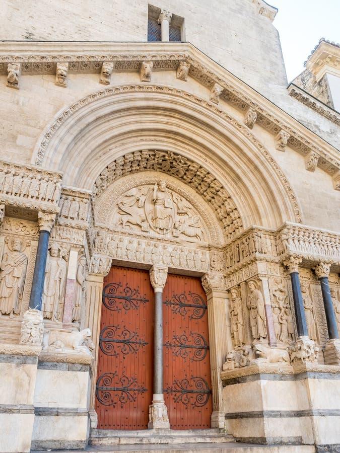 Entrata della chiesa di StTrophime in Arles, Francia fotografie stock