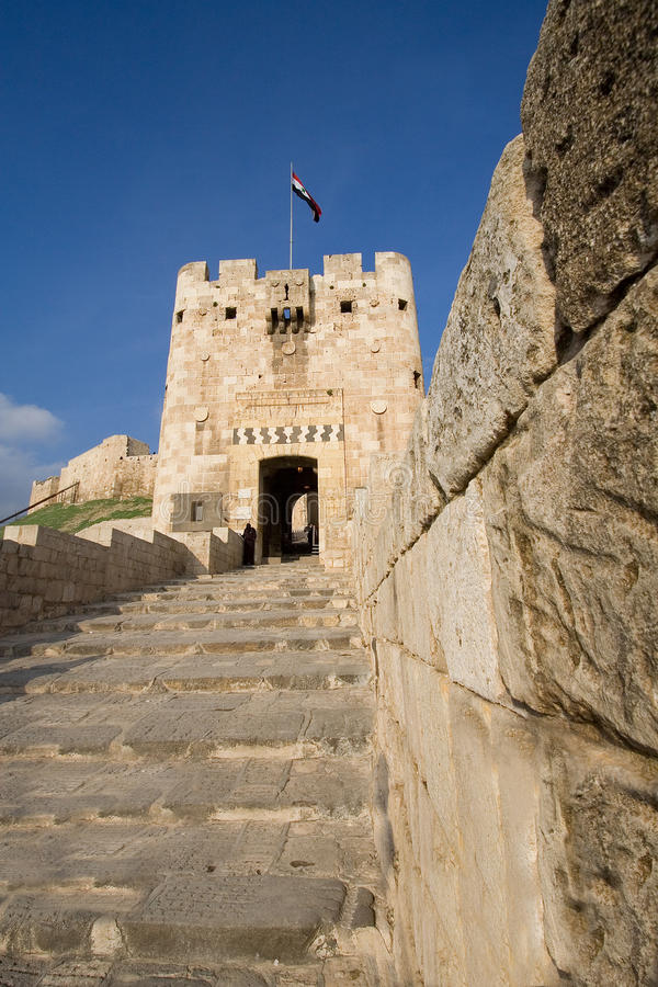 Entrata della cittadella di Aleppo, Siria fotografia stock