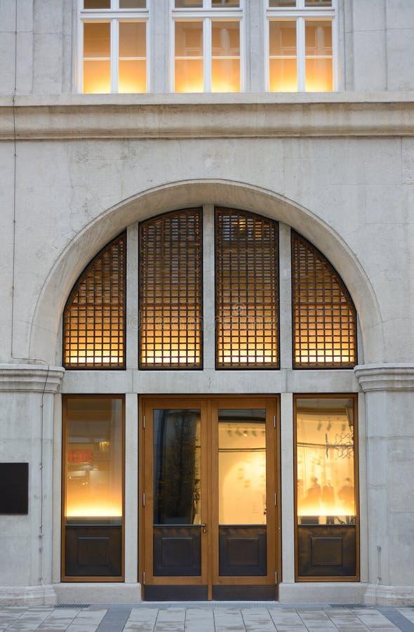 Entrata della costruzione con luce calda fotografie stock