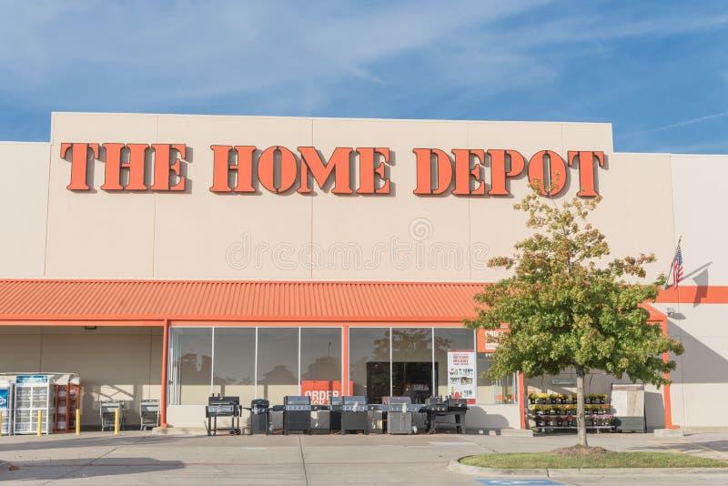 Entrata della facciata del deposito mega di Home Depot con il foli variopinto di caduta fotografie stock