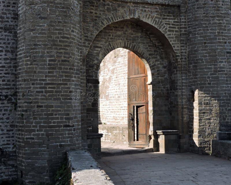 Entrata della fortificazione di Kangra di architettura dell'India immagini stock