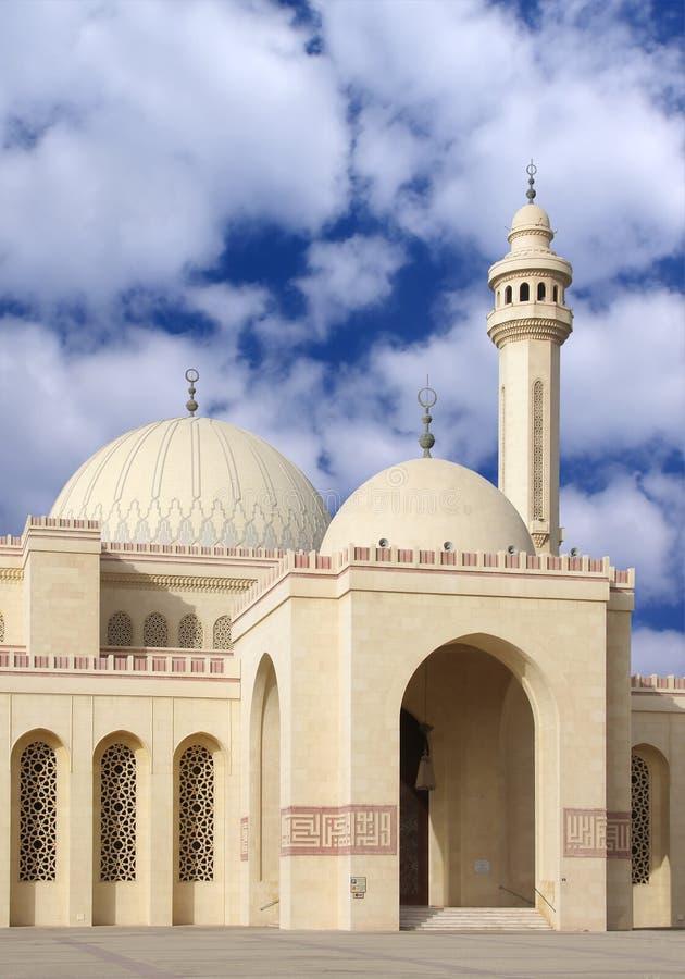 Entrata della moschea che mostra le cupole e minareto immagini stock