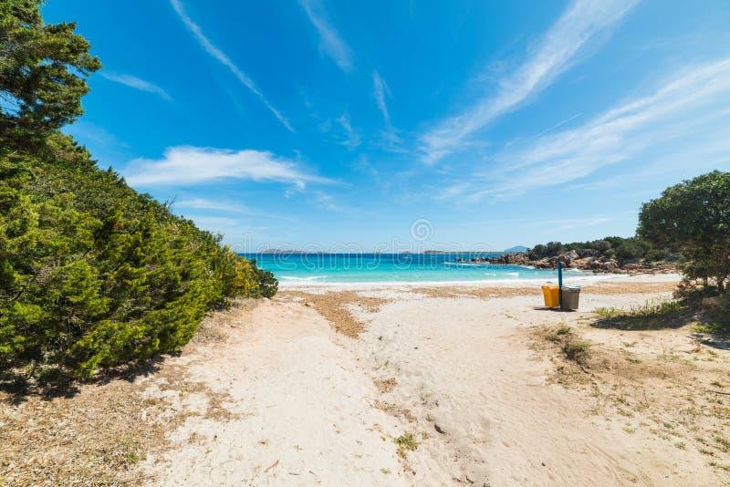 Entrata della spiaggia di Capriccioli fotografia stock