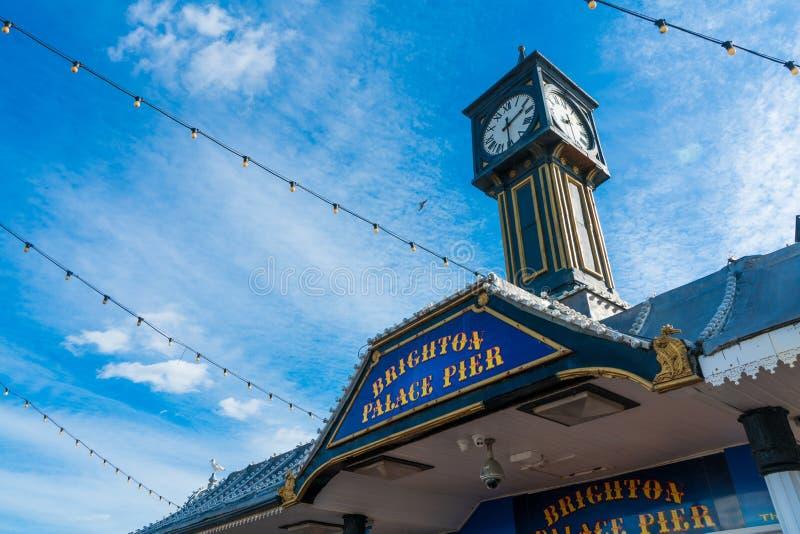 Entrata della torre di orologio per Brighton Pier East Sussex United Kingdom con bulb? leggero fotografia stock