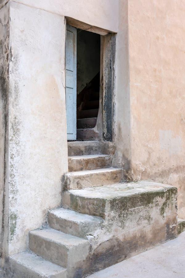 Entrata delle scala alla vecchia casa mediterranea nell'isola di Corsica fotografia stock libera da diritti