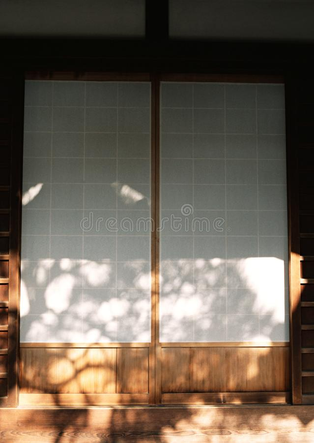 Entrata di legno della porta dell'entrata giapponese della casa con il fondo bianco dei dettagli di struttura fotografia stock libera da diritti