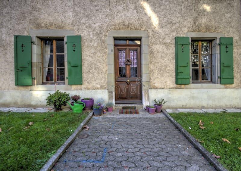 Entrata di una casa come visto dalla via, fotografia stock libera da diritti