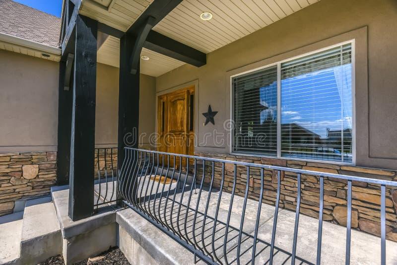 Entrata di una casa con le scale soleggiate ed il portico immagini stock libere da diritti