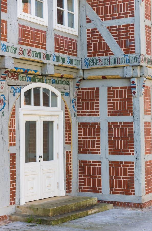 Entrata di una casa decorata variopinta in Verden immagini stock libere da diritti