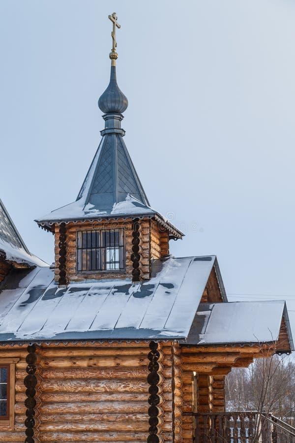 Entrata di una chiesa di legno ortodossa con di un tetto coperto di latta immagine stock