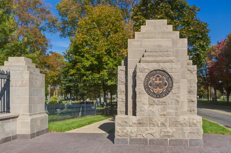 Entrata e logo sulla città universitaria di Notre Dame University fotografie stock