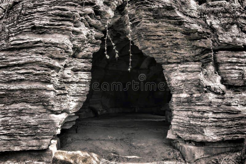 Entrata e traforo decorativi della caverna del Grotto del giardino fotografie stock