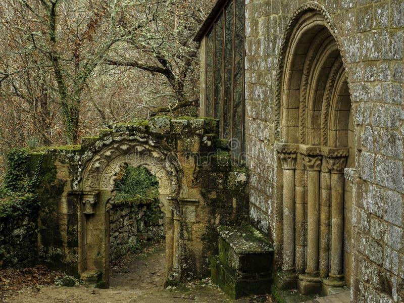 Entrata ed arco di Santa Cristina de Ribas del Sil fotografia stock