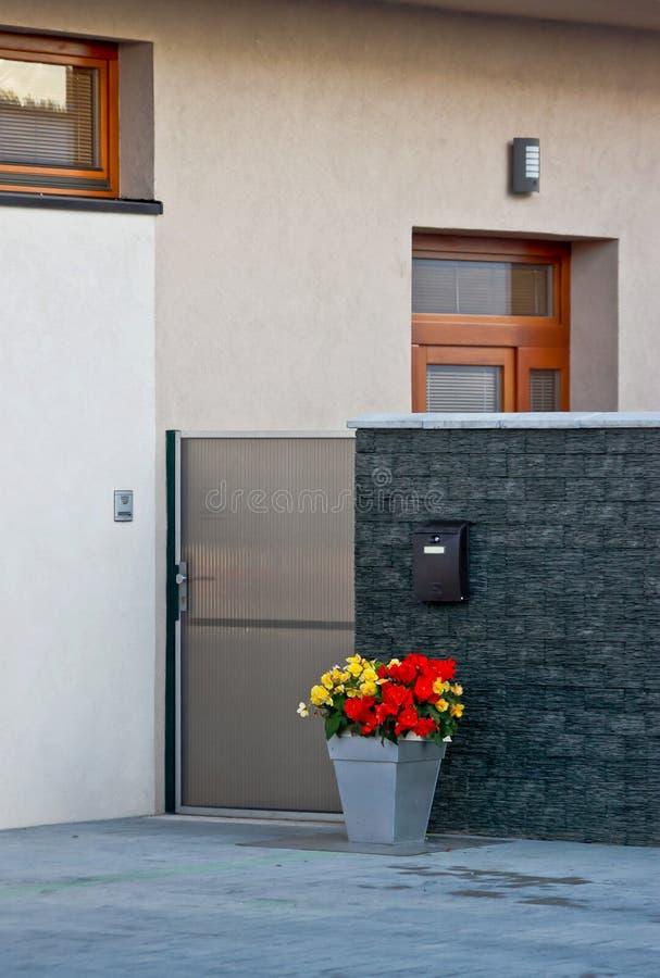 Entrata europea moderna elegante della casa fotografie stock libere da diritti