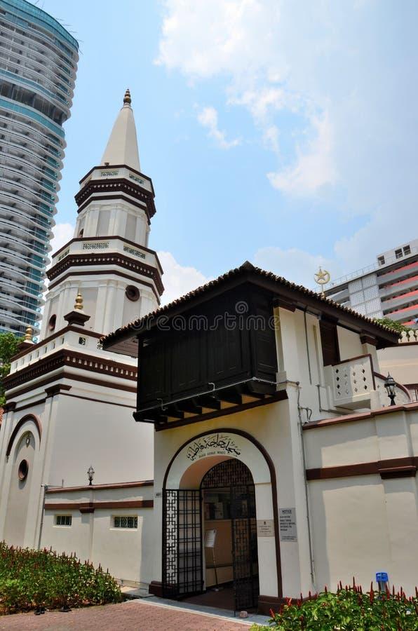 Entrata incurvata della entrata con la preghiera islamica araba del Corano ed il minareto Hajjah Fatimah Mosque Singapore immagine stock libera da diritti