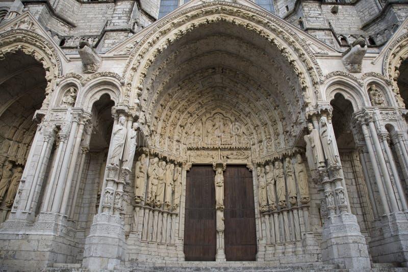 Entrata laterale alla cattedrale di Chartres, Francia fotografia stock libera da diritti