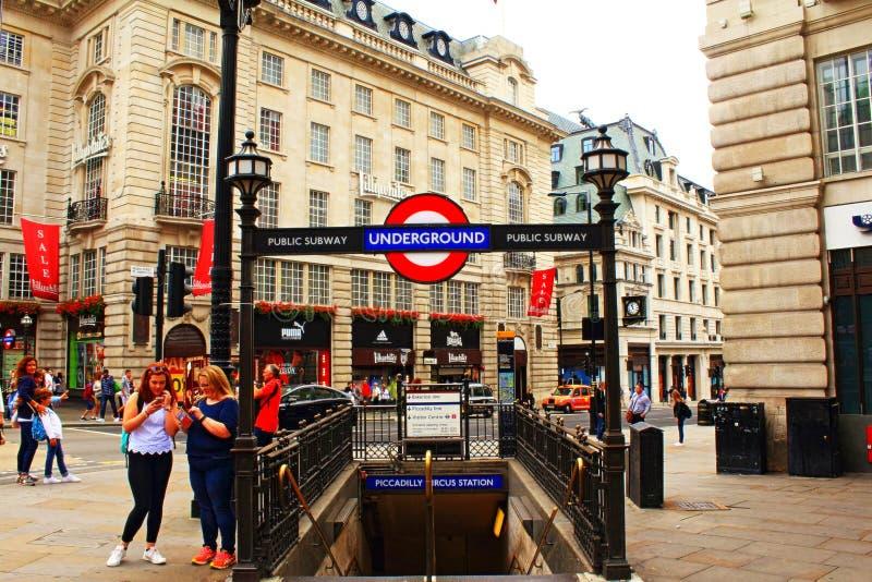 Entrata Londra Regno Unito della stazione del circo di Piccadilly fotografia stock