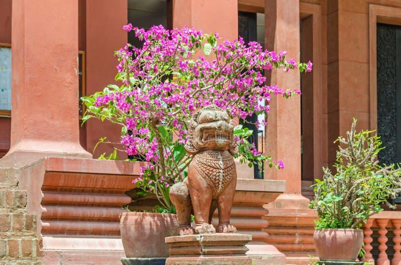 Entrata nel museo nazionale della Cambogia in Phnom Penh con le statue del leone del guardiano ai punti immagini stock libere da diritti