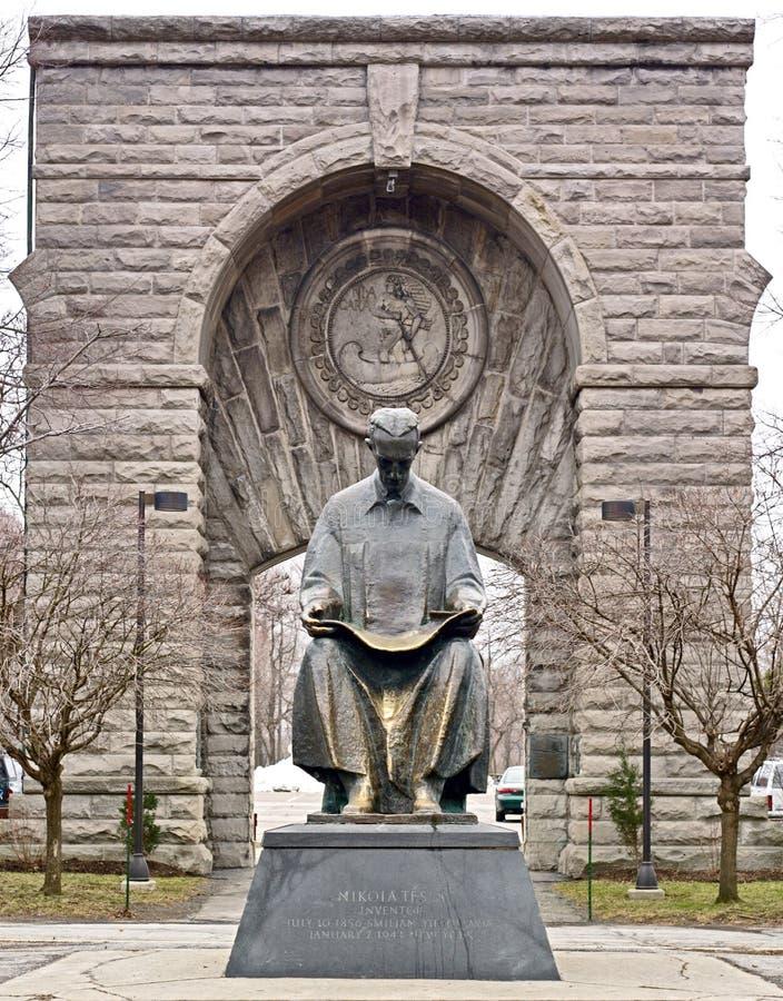 Entrata a Niagara Falls NY con la statua di Nikola Tesla fotografie stock