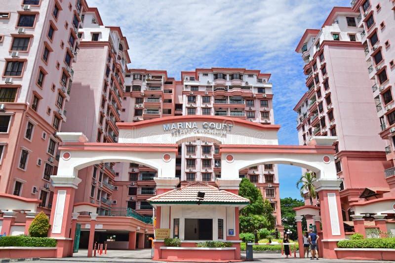 Entrata principale con il corpo di guardia di colore rosa Marina Court Resort Condominium Hotel al centro urbano di Kota Kinabalu fotografie stock libere da diritti