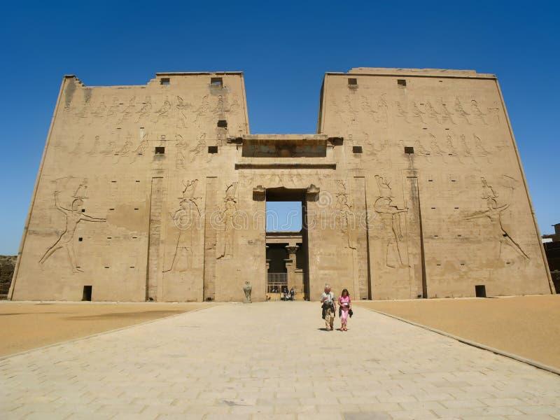 Entrata principale del tempio di Edfu nell'Egitto fotografia stock libera da diritti