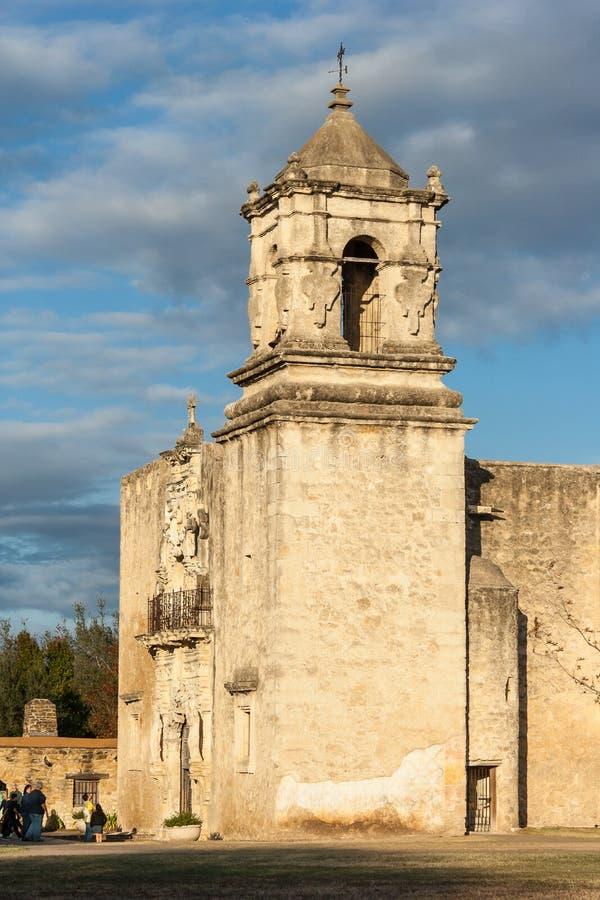 Entrata principale e facciata della missione San José a San Antonio, il Texas al tramonto fotografie stock libere da diritti
