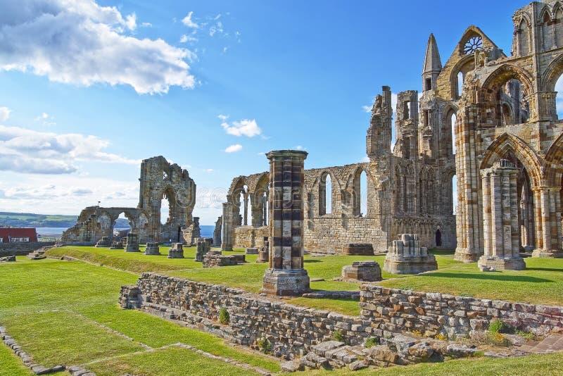 Entrata rovinata a Whitby Abbey in North Yorkshire in Inghilterra fotografia stock libera da diritti