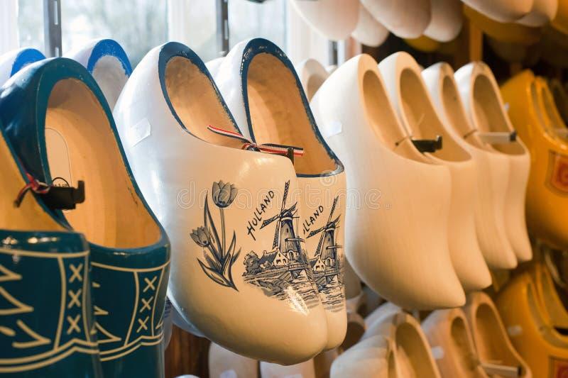 Entraves en bois néerlandaises de cru coloré dans un magasin image libre de droits