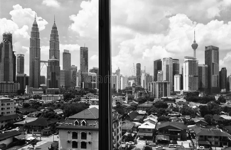 Entre as construções do arranha-céus ou as torres imagem de stock