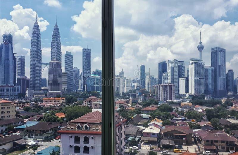 Entre as construções do arranha-céus ou as torres fotografia de stock royalty free