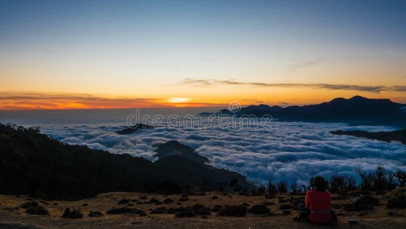 Entre as nuvens sobre montanhas imagens de stock