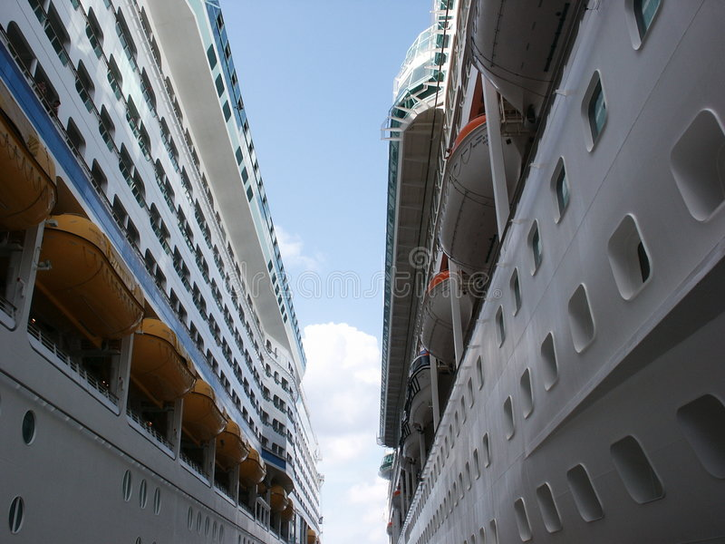 Download Entre Dos Barcos De Cruceros Imagen de archivo - Imagen de travesías, atracado: 190307