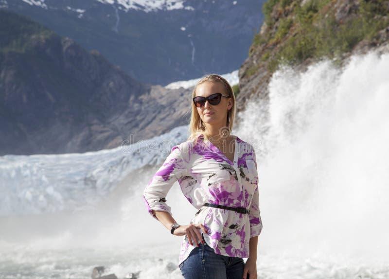 Entre el glaciar y la cascada foto de archivo libre de regalías