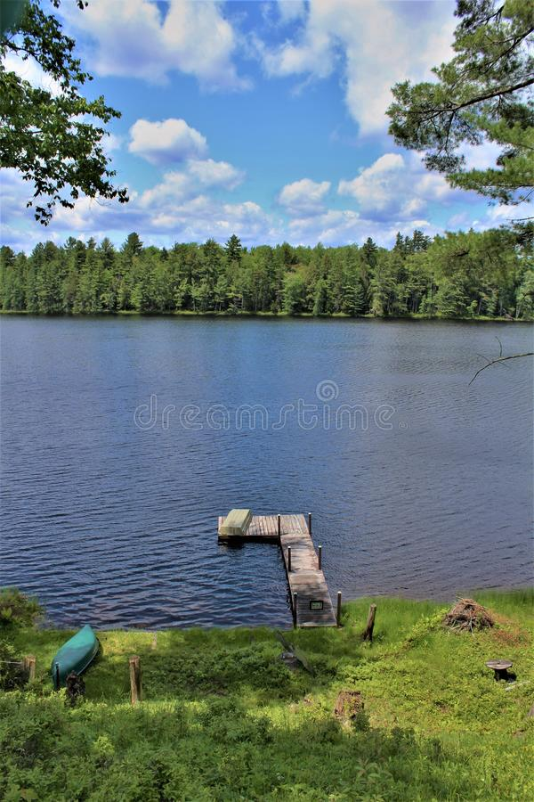Entre em Leonard Pond localizou em Childwold, New York, Estados Unidos fotografia de stock royalty free