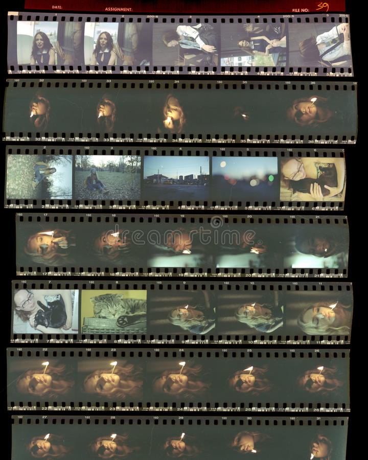 Entre en contacto con la hoja, los viejos positivos de la película de color en un fil transparente fotos de archivo libres de regalías