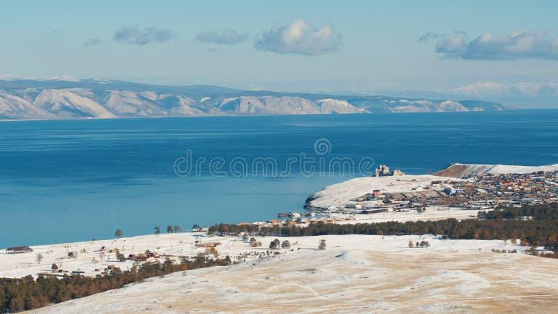 Entre l'automne et l'hiver sur les rivages du lac Baïkal images stock