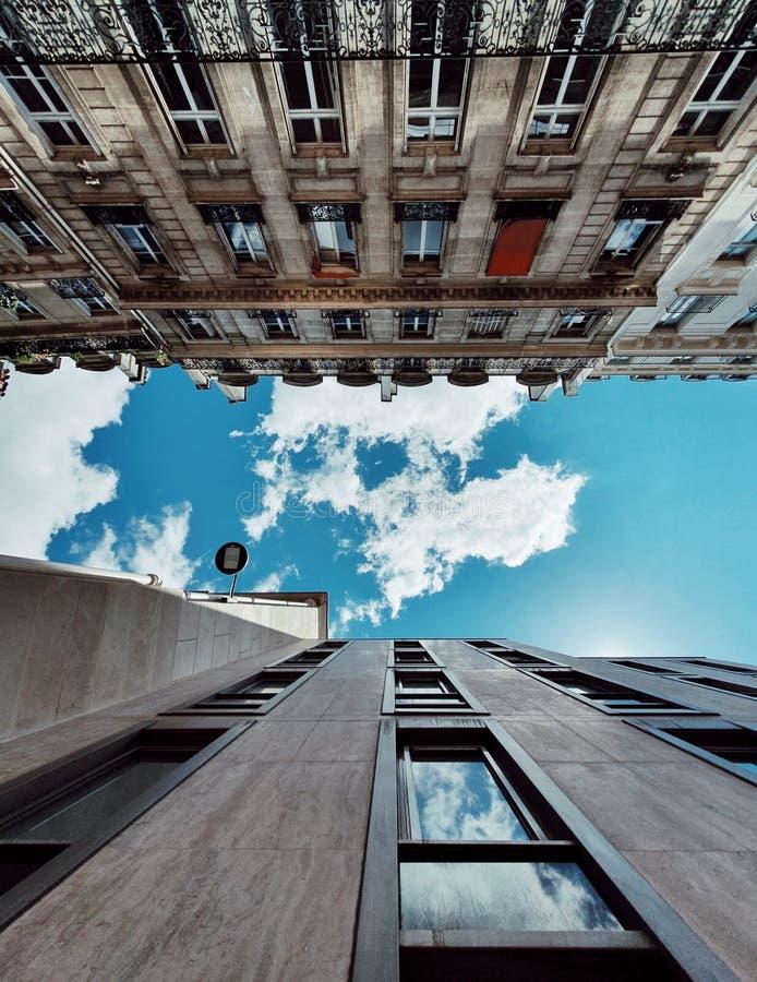Entre le vieux et nouveau, typique bâtiment parisien dans la période différente, Paris, France image libre de droits
