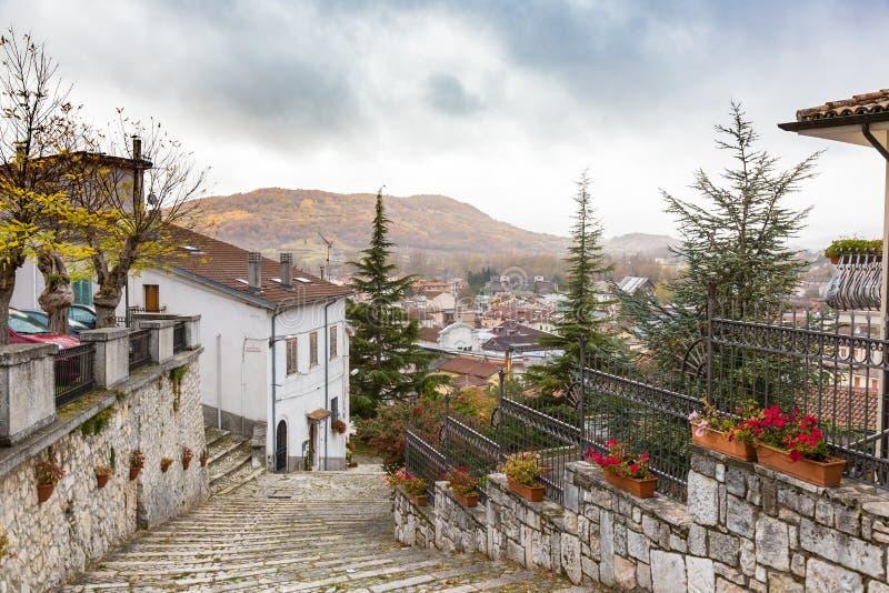Entre les rues du petit village Castel di Sangro, Abruz photos libres de droits